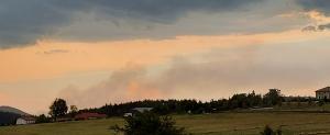 L'orage au premier plan et l'incendie au fond à Saint-Marcel-les-Annonay.