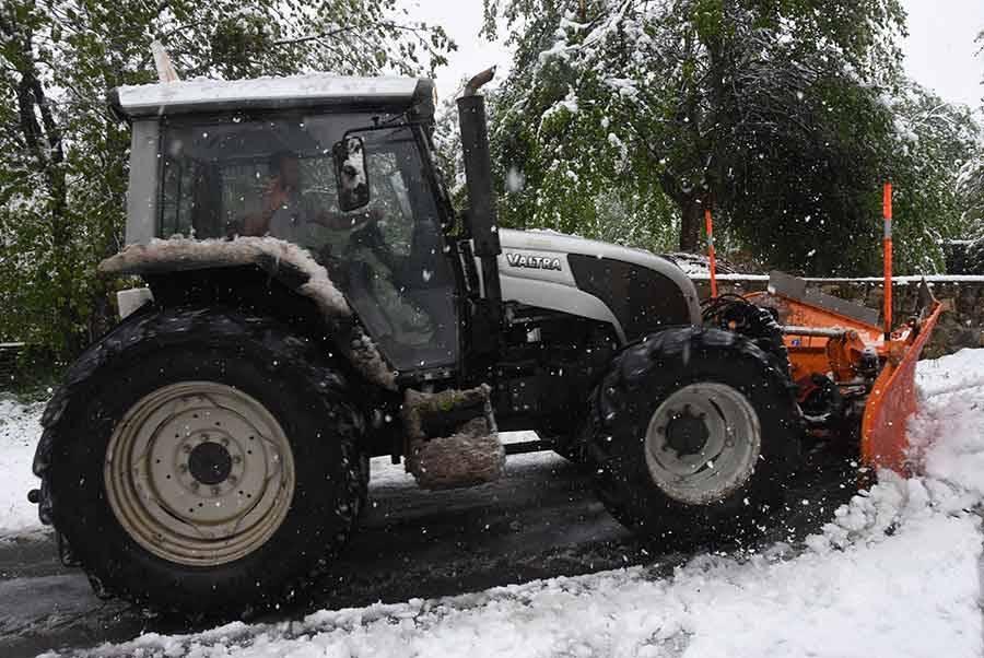 """A """"Vareilles"""" à Saint-Jeures, les employés communaux et les agriculteurs chargés du déneigement sont mobilisés."""