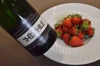 Des fraises et du champagne pour un dessert frais et festif.
