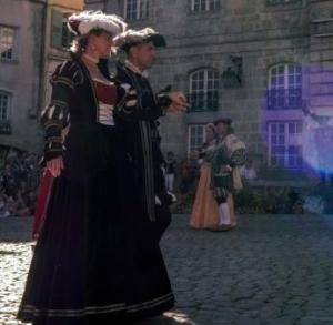 Le Puy-en-Velay : une bourse aux costumes Renaissance