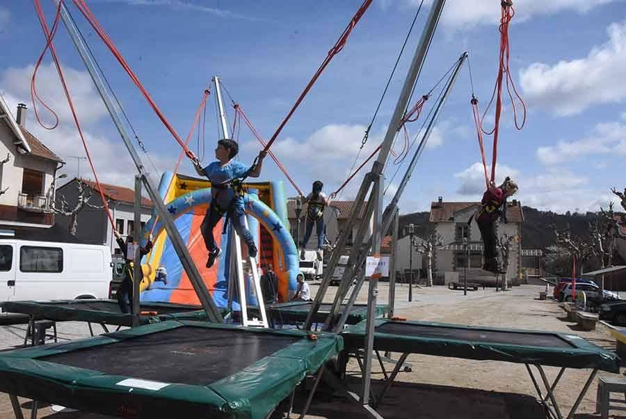 Jeux et manège pour enfants sont installés sur la place Boncompain.