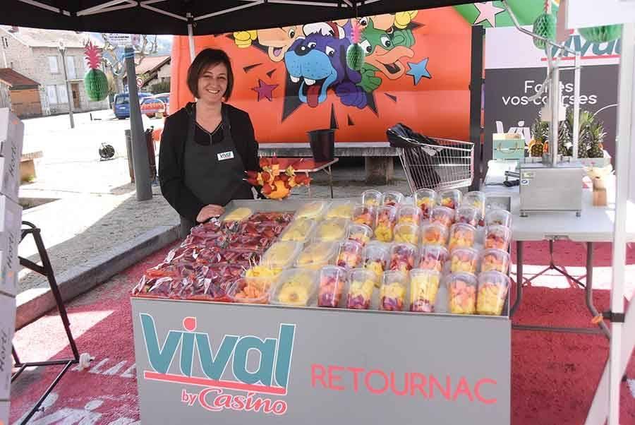 La bonne idée : des brochettes et salades de fruits concoctées par le magasin Vival.