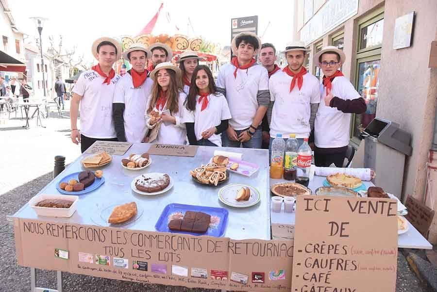 Les classards vendent des pâtisseries à l'angle de l'office de tourisme.