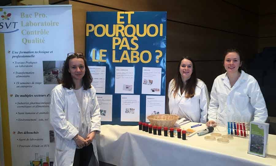 Des étudiantes testent l'odorat des visiteurs au forum des 3e