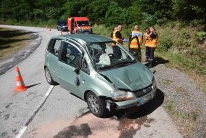 Sainte-Sigolène : la voiture monte le talus avant de retomber sur la route