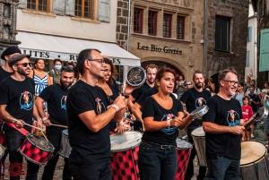 Interfolk anime Le Puy-en-Velay avec des batucadas