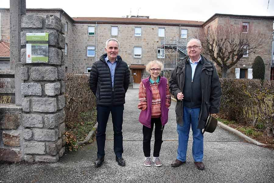 Lucien Faverge, directeur, et René Durieu, président, entourent soeur Marinette, la soeur supérieure