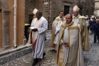 A la fin de la procession, les hommes d'Eglise. Photo Lucien Soyere