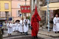 """Le début de la procession entraînée par le """"regidor"""" seul en tenue rouge qui symbolise le condamné. De sa cloche, il rythme la lente marche. Photo Lucien Soyere"""