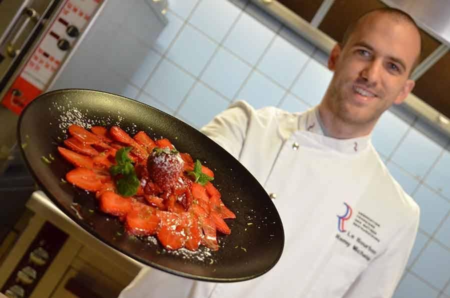 Rémy Michelas avec le carpaccio de fraises.