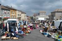 Fay-sur-Lignon : un beau vide-greniers sur la place