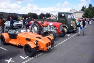 Chambon-sur-Lignon : embouteillage de voitures anciennes sur la place des Balayes