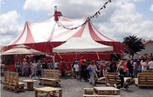 Le festival se déroule sous chapiteau