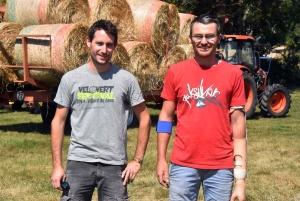 Kevin (à gauche), l'un des amis qui aident Jean-Pierre