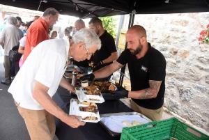 Saint-Bonnet-le-Froid : un dimanche autour d'un barbecue, de musique et de voitures de collection