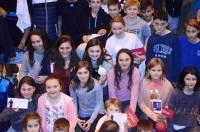 Blandine Dancette au milieu de ses jeunes fans avec sa médaille.