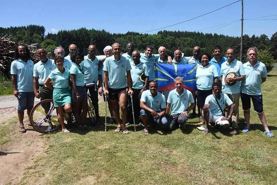 Tence : un groupe de cyclotouristes de La Réunion sur l'Ardéchoise