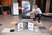 Dominique Blay devant les choix proposés en moquette de marbre à son showroom à Retournac.