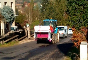 Tence : un four traverse le bourg au bout d'une fourche de tracteur