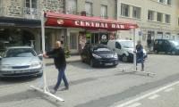 Yssingeaux : un auvent sur roulettes se mêle à la circulation en ville