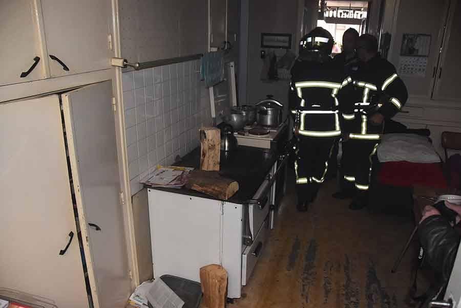 Montfaucon-en-Velay : de la fumée s'échappe du fourneau d'un ancien café