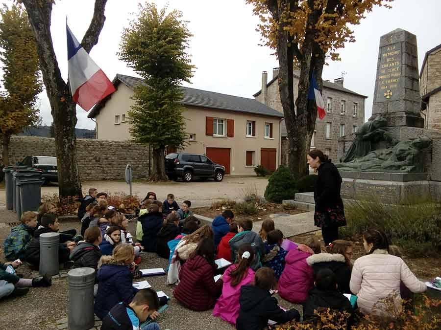 Tence : les écoliers devant le monument aux Morts