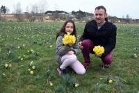Rose et son papa Nicolas ont cueilli des bouquets pour l'anniversaire de maman et madame