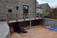 Une terrasse, insérée entre deux maisons, contribuera à l'agrément de l'établissement.