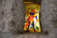 Petite curiosité : deux visages de profil sont sculptés dans la pierre et un vitrail représente un personnage de tarot.