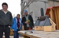 Les chalets de l'Ecureuil de Tence sont positionnés près de l'église.