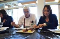 Dominique Dars, prof en cuisine au CFA, et Karine Vincent, gagnante du concours 2015, très concentrée à l'heure de la dégustation
