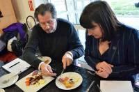 Philippe Brun, chef du restaurant étoilé d'Alleyras, et Valérie Louche, bénévole au Dahlir.