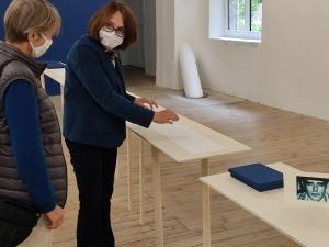 Exposition au Chambon-sur-Lignon :  bleu, c'est bleu avec Régine Mondon