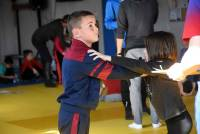 Les enfants de quatre écoles participent à des jeux de luttes