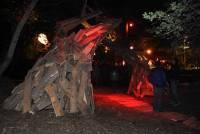 Une sculpture en bois monumentale de El Paro est installée sur le site du festival.