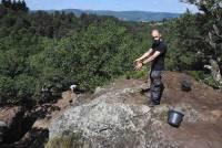 Esteban Teyssier montre une encoche qui aurait accueilli des poutres en bois.