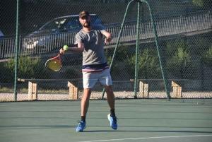 Tence : certains jouent au tennis, d'autres font leur marché
