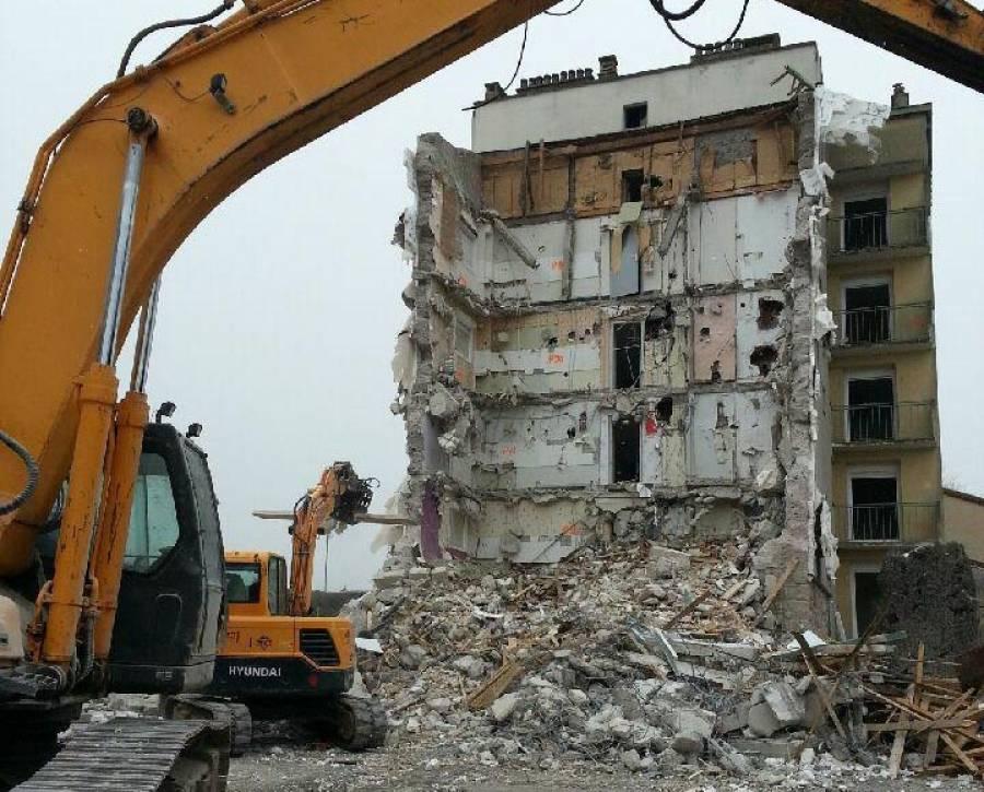 Craponne-sur-Arzon : un ancien immeuble de l'OPAC en cours de démolition