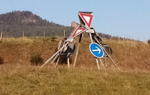 Une exposition de panneaux de signalisation sur le rond-point de Noustoulet