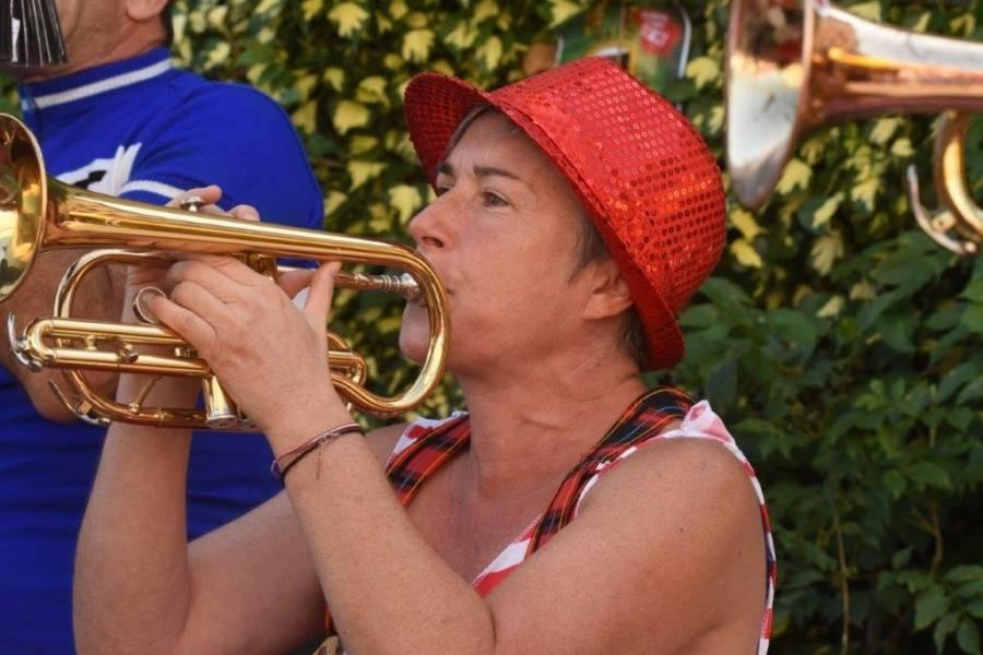 Yssingeaux : une fanfare déjantée met l'ambiance sur le marché
