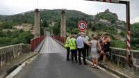 Saint-Ilpize : le pont suspendu endommagé