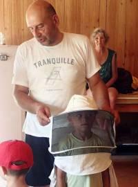 Eric Lenglet, apiculteur à Monistrol-sur-Loire, fait essayer la combinaison..