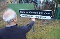 """A """"La Batterie"""", au carrefour de Mars, Saint-Agrève et Le Chambon-sur-Lignon, un panneau en bordure de route indique la présence de la ligne de partage des eaux."""