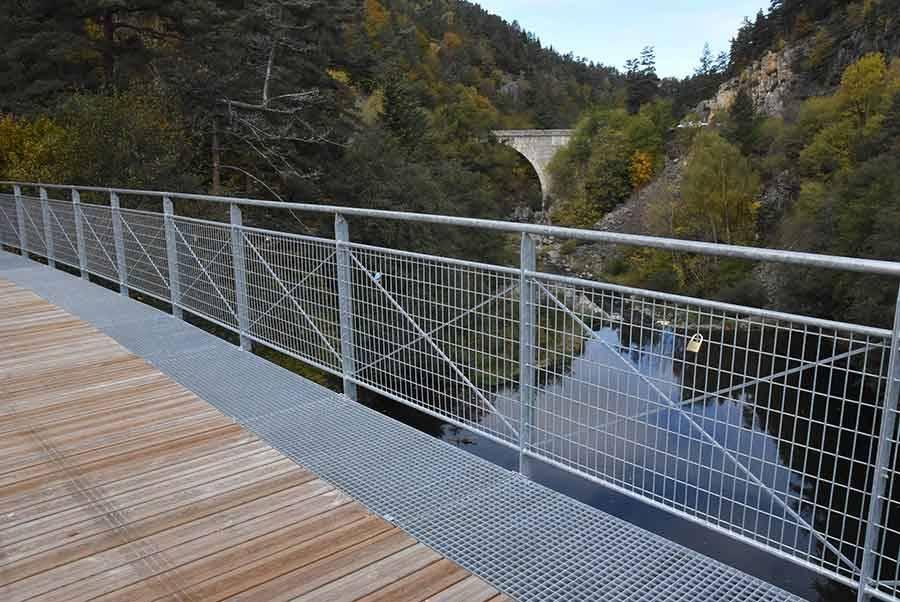 Yssingeaux-Grazac : le pont métallique de l'Enceinte transformé en pont des amoureux
