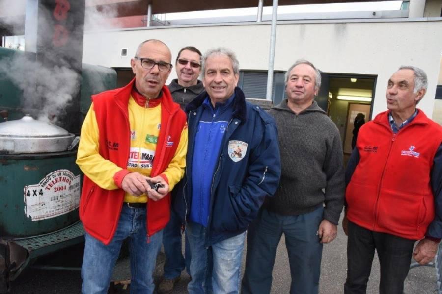 Le président, Patrice Bertoni, et les cuisiniers. Photo Lucien Soyere