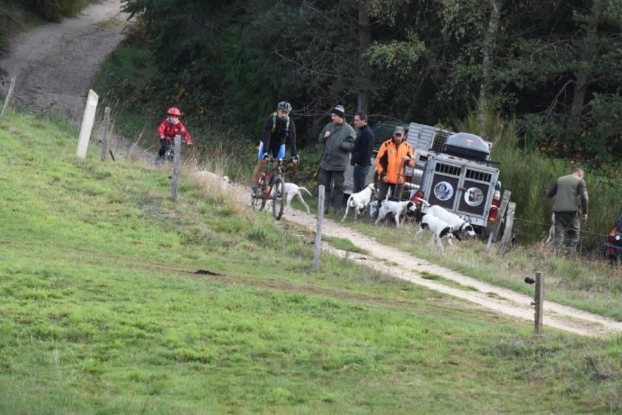 Quand les vététistes croisent des chasseurs. Photo Lucien Soyere