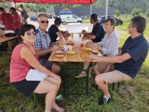 """Une pause fermière au menu des vacanciers sur la RN88 au rond-point de """"Lachamp"""""""
