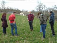 Des agriculteurs s'informent sur les bons gestes pour gérer leurs prairies