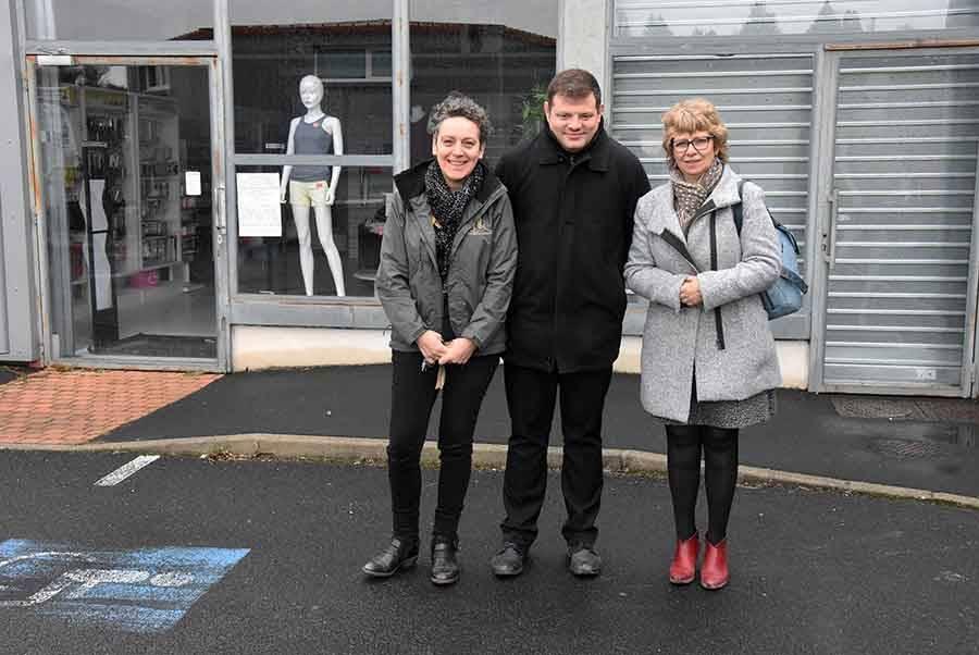 Isabelle Bouthéon, Ludovic Faure et Hélène Souveton devant le local commercial de Mousse & co.