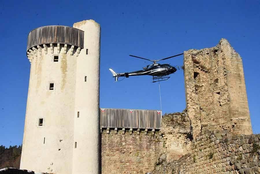 Bas-en-Basset : l'échafaudage transporté par hélicoptère au Château de Rochebaron